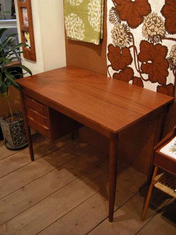 Desk (DENMARK)_c0139773_1928339.jpg