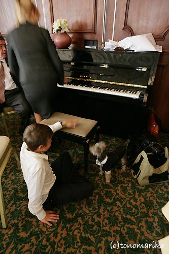 少年とピアノとバブー_c0024345_17234623.jpg