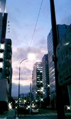 夕暮れのグラデーション空を赤く染めた藍は愛瞬く間に瑠璃になる天幕不変の速... くれないそら の