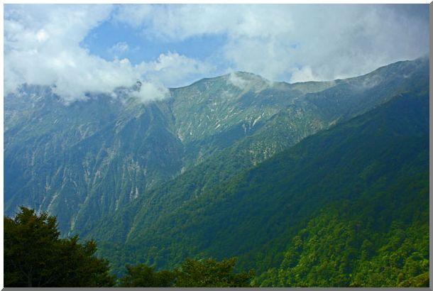 谷川岳頂上のアップ(周辺の山岳)_d0123528_1659453.jpg