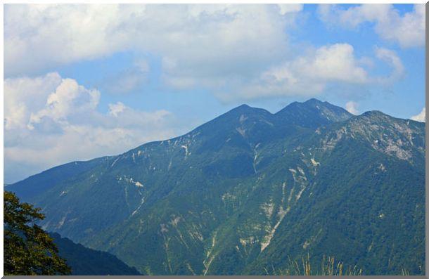 谷川岳頂上のアップ(周辺の山岳)_d0123528_177534.jpg