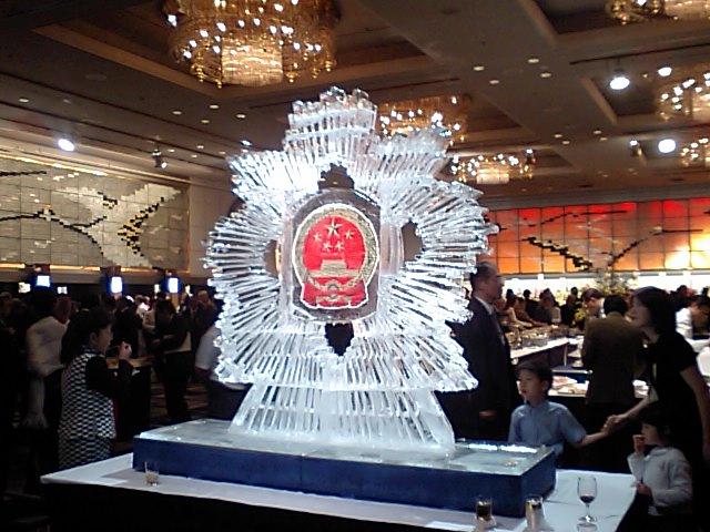 会場に飾る国慶59周年の氷の彫刻_d0027795_18214748.jpg