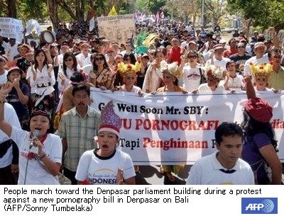 ポルノ規制に抗議、バリ島で1000人がデモ_a0057402_045393.jpg