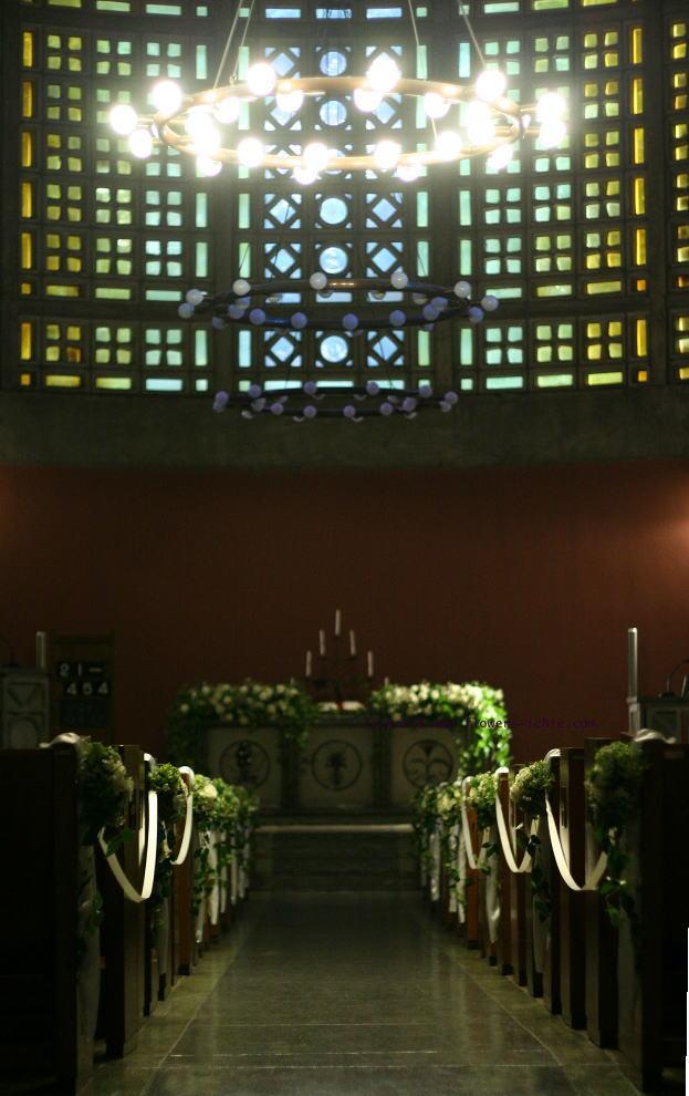 東京女子大学 教会の装花 白バラの時_a0042928_2126447.jpg