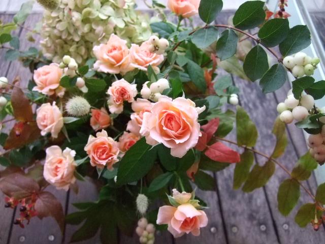 オークリーフ(色づいた秋アジサイと薔薇のアレンジメント)_f0049672_1818024.jpg