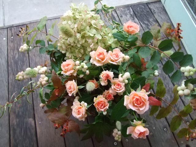 オークリーフ(色づいた秋アジサイと薔薇のアレンジメント)_f0049672_1824155.jpg