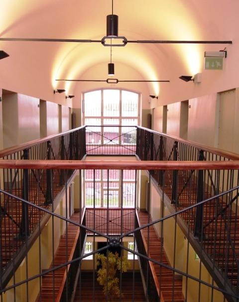 中に入って、廊下を歩くと、映画等で見る「典型的な刑務所レイアウト」である... 刑務所ホテル@フ