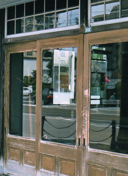 函館銀座通り・レトロ建築コレクション(その3、十字街電停前の梅津商店)_f0142606_222943100.jpg