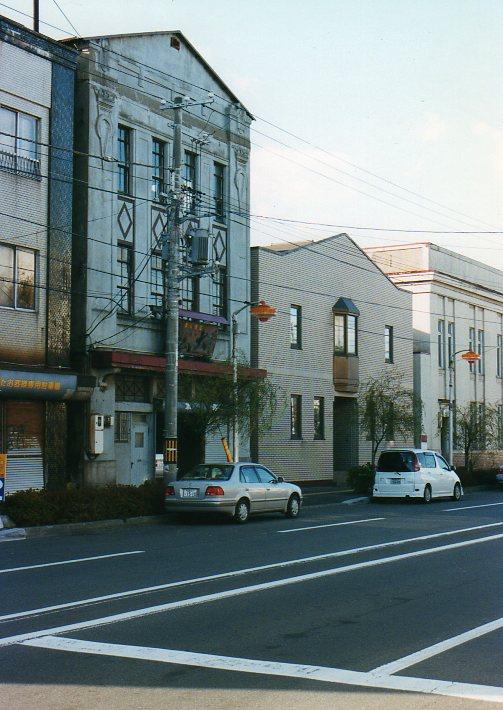 函館銀座通り・レトロ建築コレクション(その3、十字街電停前の梅津商店)_f0142606_2247915.jpg