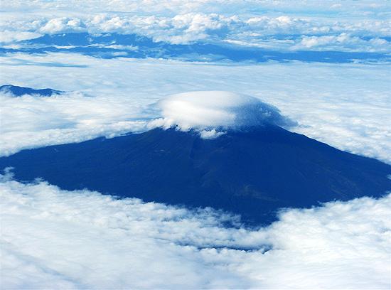 富士山に珍しい雲が! 車いすでの飛行機搭乗_c0167961_19471818.jpg