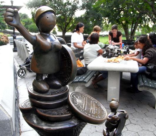 マンハッタンでは有名な小人くん達のパブリック・アート _b0007805_8425519.jpg
