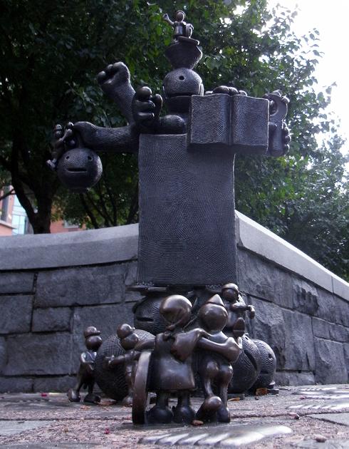 マンハッタンでは有名な小人くん達のパブリック・アート _b0007805_8444177.jpg