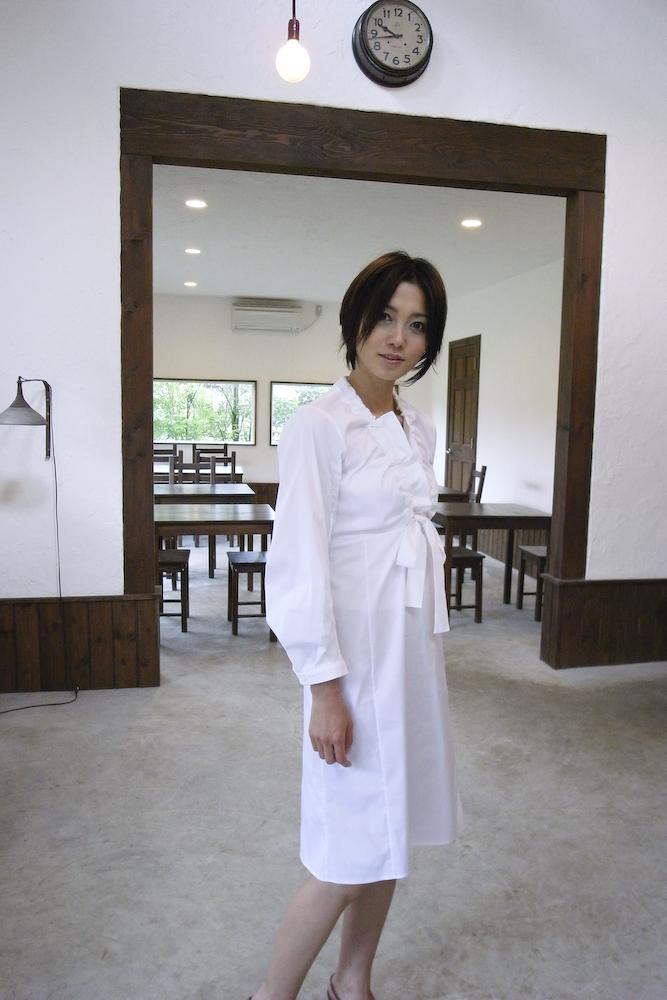 白色ワンピースの遠藤久美子