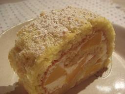 桃のロールケーキ☆_a0102784_18291818.jpg