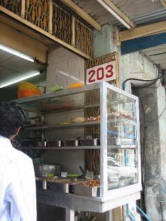 ミャンマー:ヤンゴンの食堂「203」_e0152073_235217.jpg