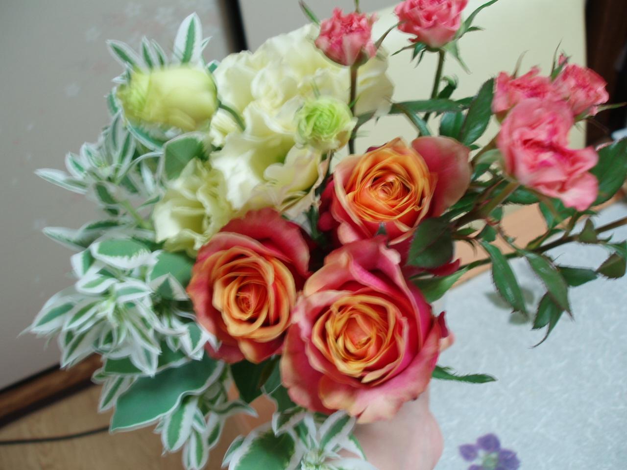 食卓に爽やかなバラのアレンジブーケ♪_b0137453_15311680.jpg