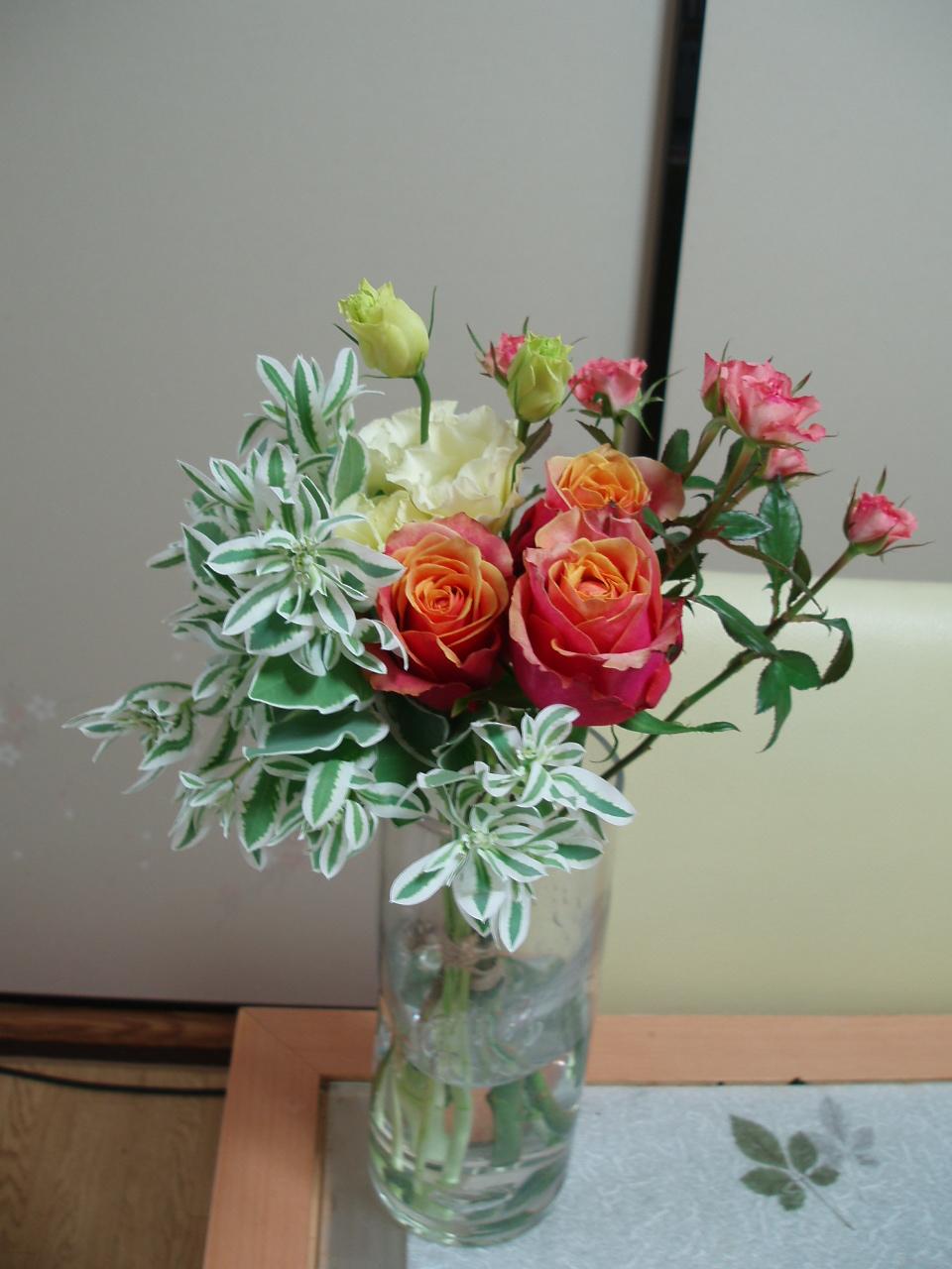 食卓に爽やかなバラのアレンジブーケ♪_b0137453_15325070.jpg