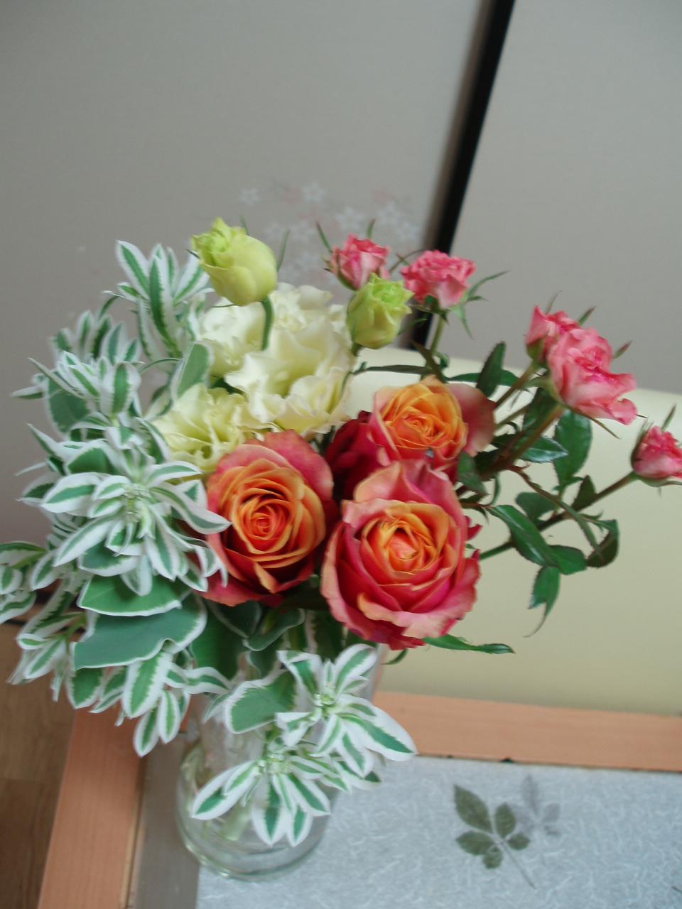 食卓に爽やかなバラのアレンジブーケ♪_b0137453_1539427.jpg