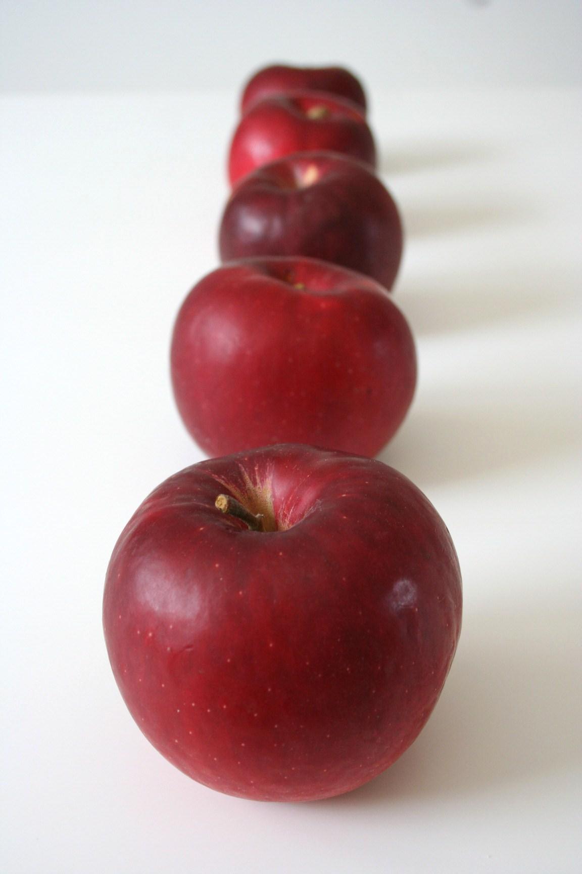 並んだりんご。