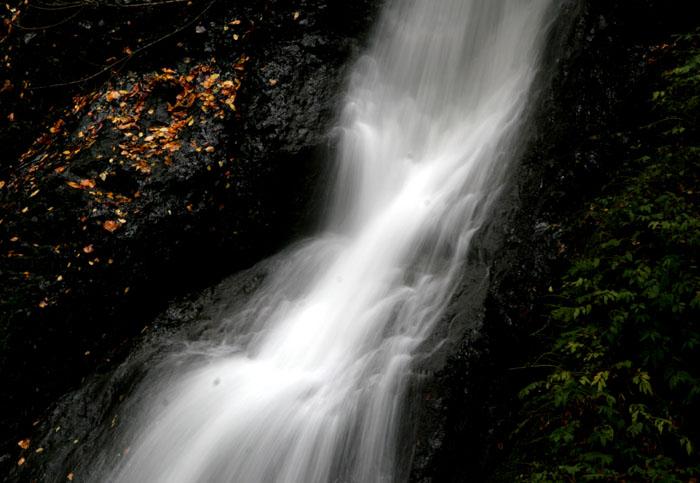 紅葉と落葉の「峨瓏ノ滝」_f0150893_20133283.jpg