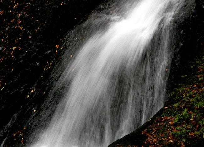 紅葉と落葉の「峨瓏ノ滝」_f0150893_20144076.jpg