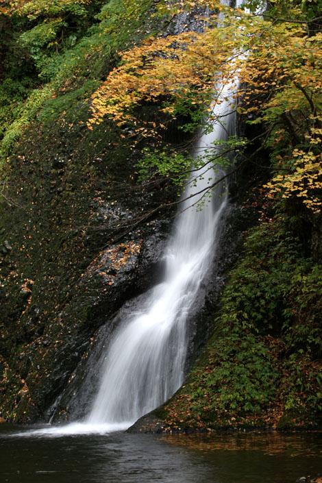 紅葉と落葉の「峨瓏ノ滝」_f0150893_2015066.jpg