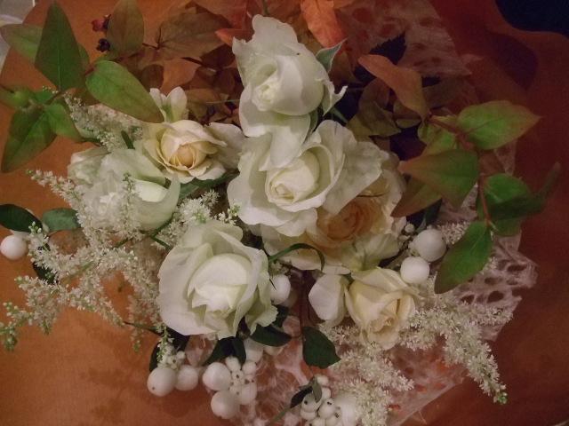 オークリーフ(紅葉ヒぺりカムとシンフォリカルホスを添えた花束)_f0049672_1421178.jpg
