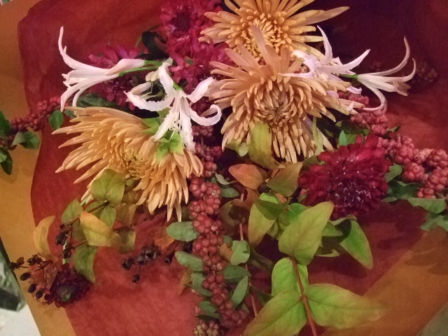 オークリーフ(紅葉ヒぺりカムとシンフォリカルホスを添えた花束)_f0049672_14232285.jpg