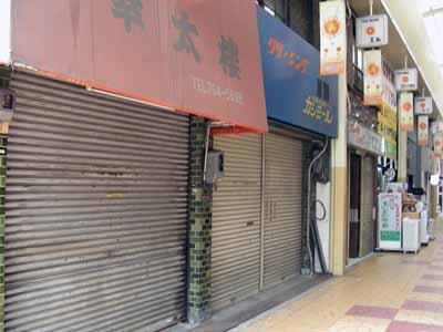 シャッター商店街。_d0136282_1210036.jpg