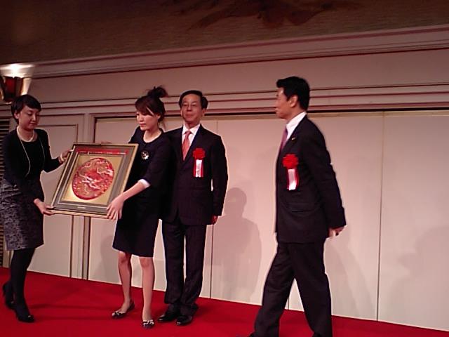 2008日中青少年友好交流年 日本側主催の閉幕式写真 中国側から日本政府に記念品贈呈 _d0027795_20142152.jpg