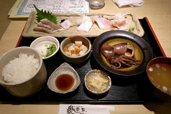 『魚家』さん 「天然地物白身魚刺身定食(Aランチ)」と「海鮮丼(Bランチ)」_a0083760_17592685.jpg