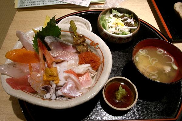 『魚家』さん 「天然地物白身魚刺身定食(Aランチ)」と「海鮮丼(Bランチ)」_a0083760_18105597.jpg