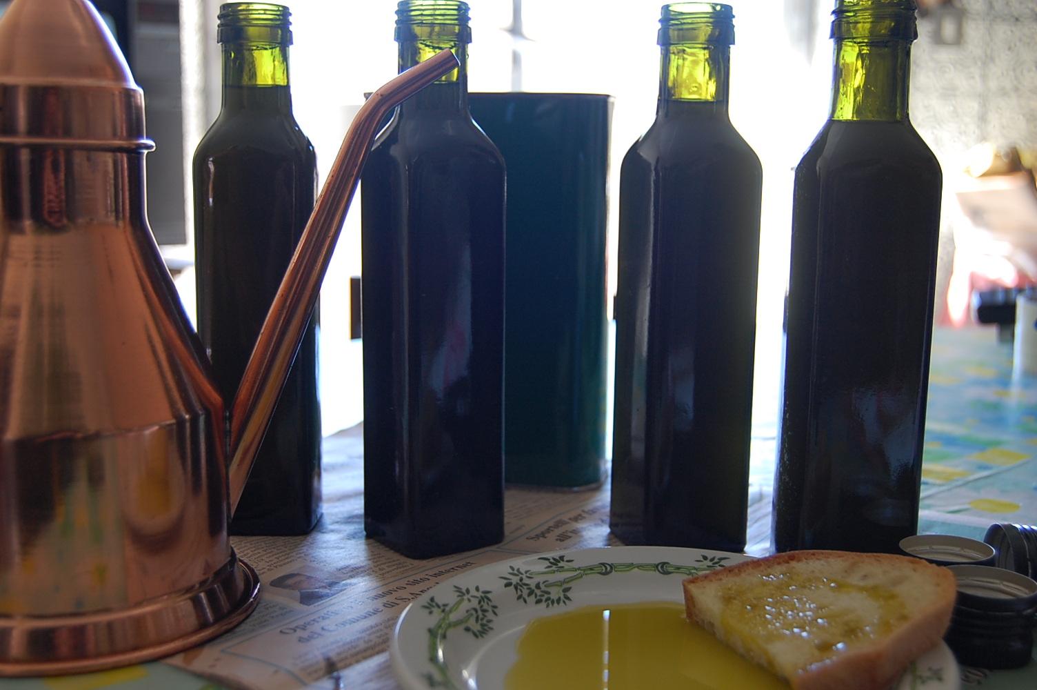 オリーブオイル瓶詰め中 バゥ_d0084229_22431441.jpg