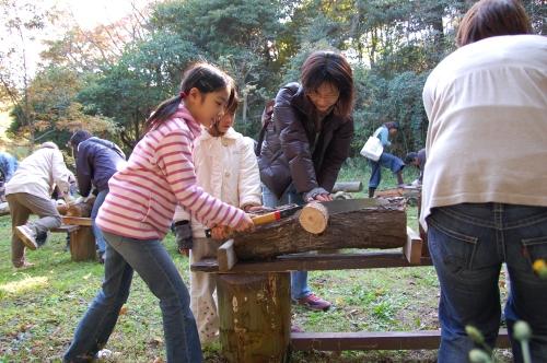 2008「丸太を切ってサンタを作ろう」_c0108460_2310583.jpg