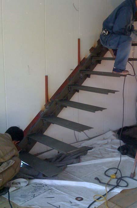 倉庫を住宅に ストリップ階段_e0074935_1733212.jpg
