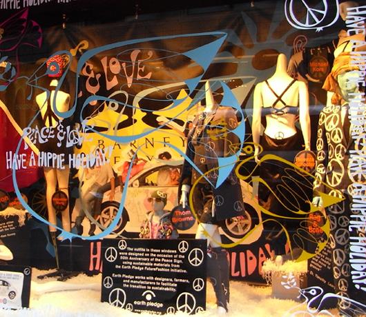 バーニーズ・ニューヨークのホリデー・ウィンドウは「平和と愛」をお届け中_b0007805_10182495.jpg