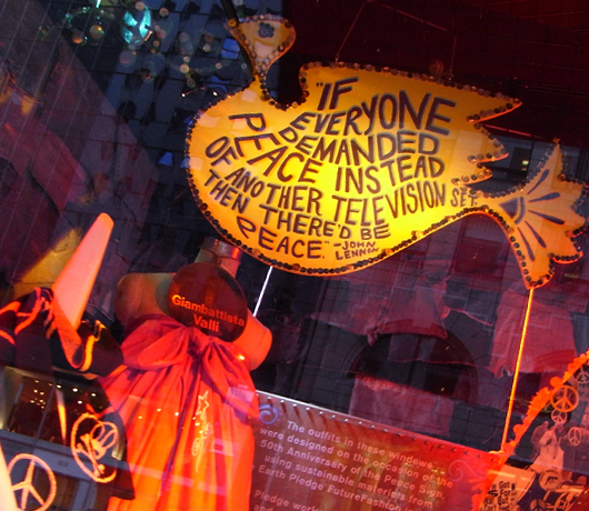 バーニーズ・ニューヨークのホリデー・ウィンドウは「平和と愛」をお届け中_b0007805_10192697.jpg