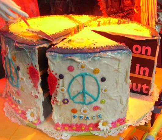 バーニーズ・ニューヨークのホリデー・ウィンドウは「平和と愛」をお届け中_b0007805_10194988.jpg