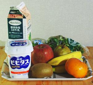 果物と牛乳とベビーリーフ_a0024690_1483465.jpg