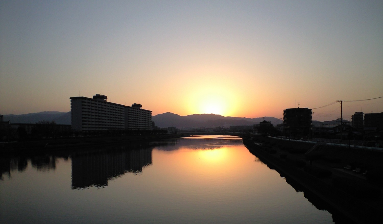 ★美しい夕日に見とれて★脊振山系に沈む夕日!室見川より_d0082356_1042501.jpg