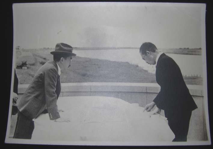 初太郎が昭和天皇に図面を見ながら説明する写真届く!_c0014967_1111354.jpg