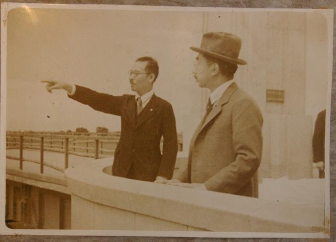 初太郎が昭和天皇に図面を見ながら説明する写真届く!_c0014967_1112322.jpg