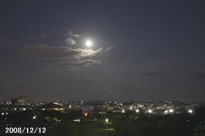 今日の月はでかい!_a0095470_23244654.jpg
