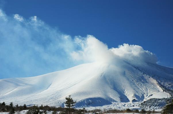 真っ青な空と雪の浅間山_f0180878_13134144.jpg