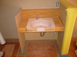 松集成材を使った、車椅子対応洗面カウンターです。_e0157606_17402219.jpg
