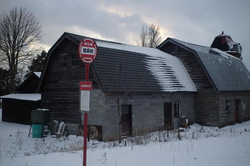 緑のギャンブレル屋根の農家と赤いバス停_f0042194_004911.jpg