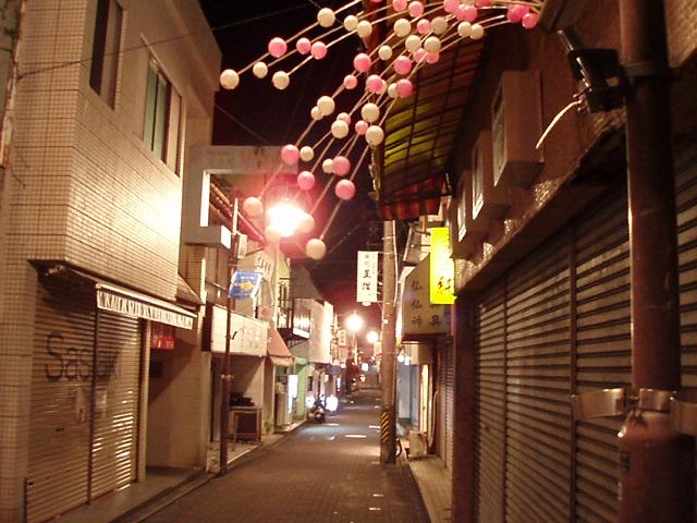 灯りのあるなしで、商店街通りの機能が違ってくる_c0010936_22394490.jpg