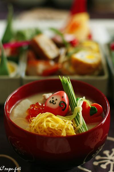2009年初のおせち料理公開。関西風のお雑煮に入ったうずらの卵の「猿」が子供たちに喜ばれそう!