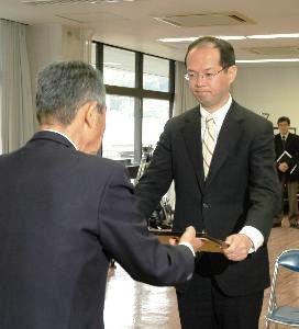 武雄市長再選の樋渡氏に当選証書_d0150722_17152839.jpg