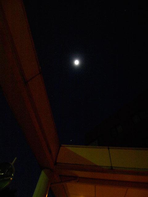 ピンぼけで凍れる月もにこにこと_a0031363_18163799.jpg
